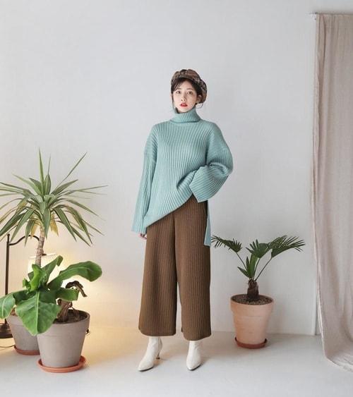 Chiếc áo len cổ lọ cùng culottes
