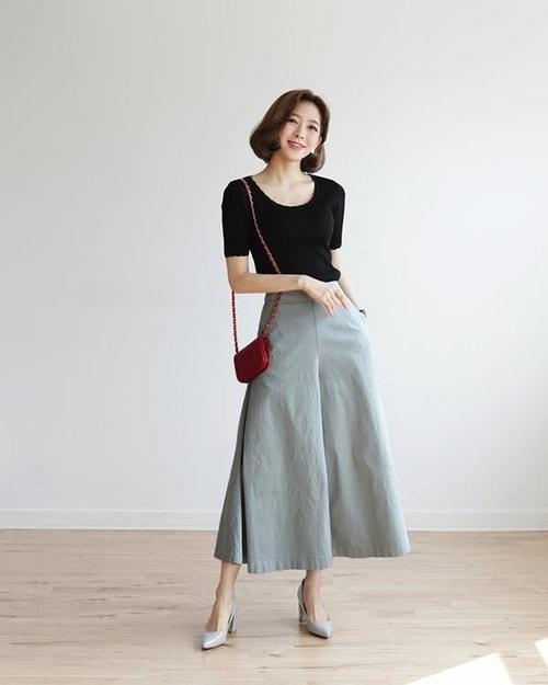 Quần ống rộng dài (culottes) mặc với áo len mỏng thanh lịch